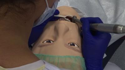 動画:仏大学歯学部でリアルなマネキン導入、研修生トレーニング