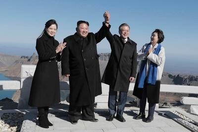 南北首脳、朝鮮民族の「聖地」白頭山に登頂