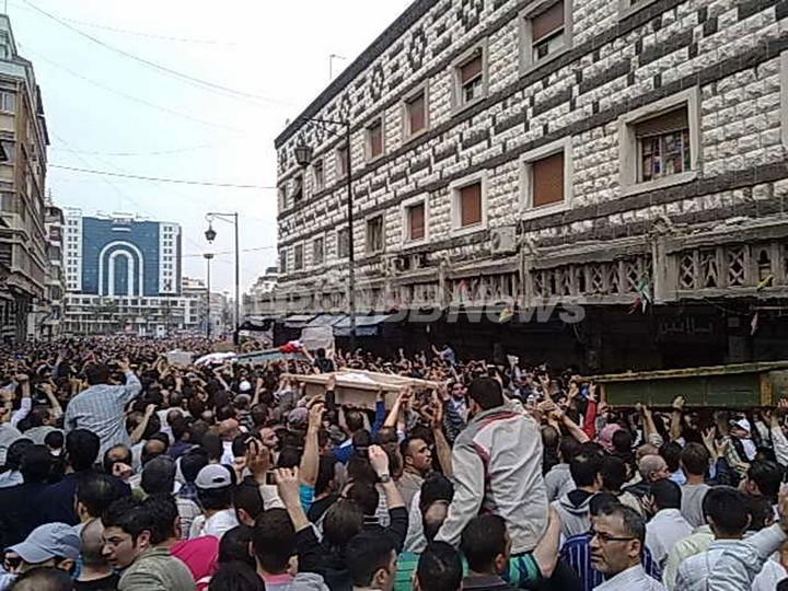 シリア反体制派「大統領退陣まで動かない」、広場にテント設営