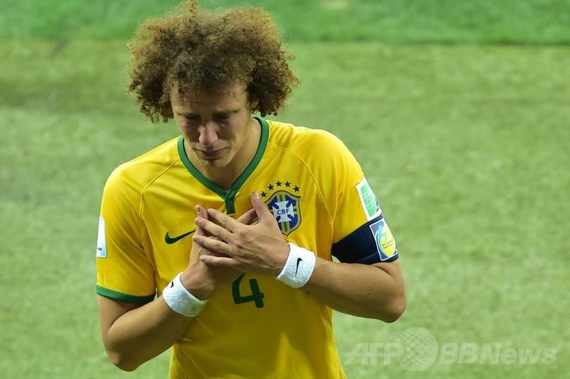 涙のダビド・ルイス、ブラジル大敗で「国民に謝る」