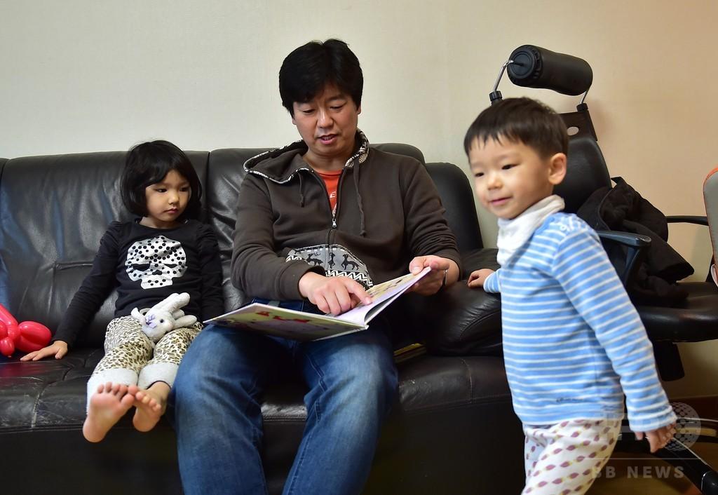 育児休暇取る「勇敢」な父親たち 韓国