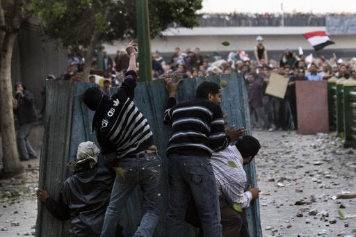 デモ隊と大統領支持派が衝突、3人死亡 エジプト
