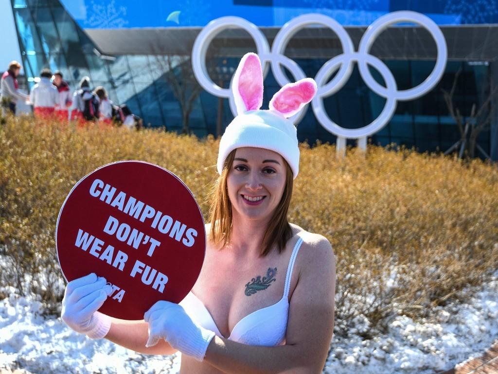 氷点下16度の平昌、下着姿の「バニーガール」が毛皮着用に抗議