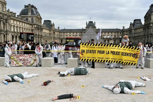 科学捜査官らが抗議デモ、犯罪現場再現し待遇改善要求 パリ