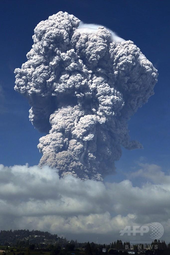 インドネシアのシナブン山が噴火、噴煙が5000m上空に到達