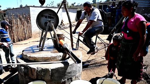 動画:自転車が井戸水ポンプやトウモロコシの脱穀機に大変身! グアテマラ
