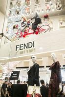 「フェンディ」ポップアップイベントでバッグの限定カスタマイズも