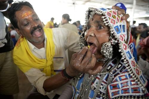 生きた魚のみ込んでぜんそく治療、インドの伝統療法