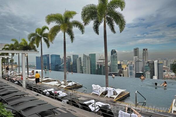 高級ホテルの屋上プールで景色を満喫、シンガポール
