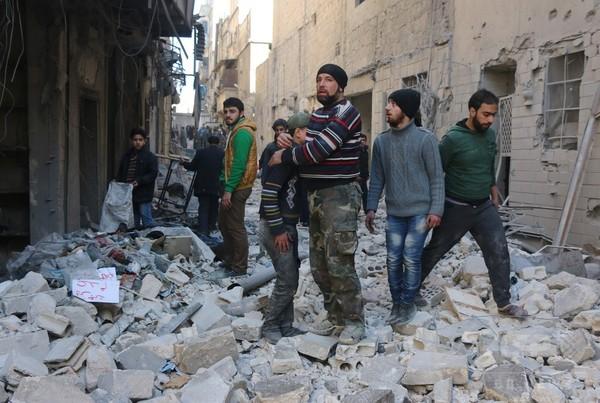 シリア政府軍、アレッポ周辺で大規模攻勢 数万人の住民が避難