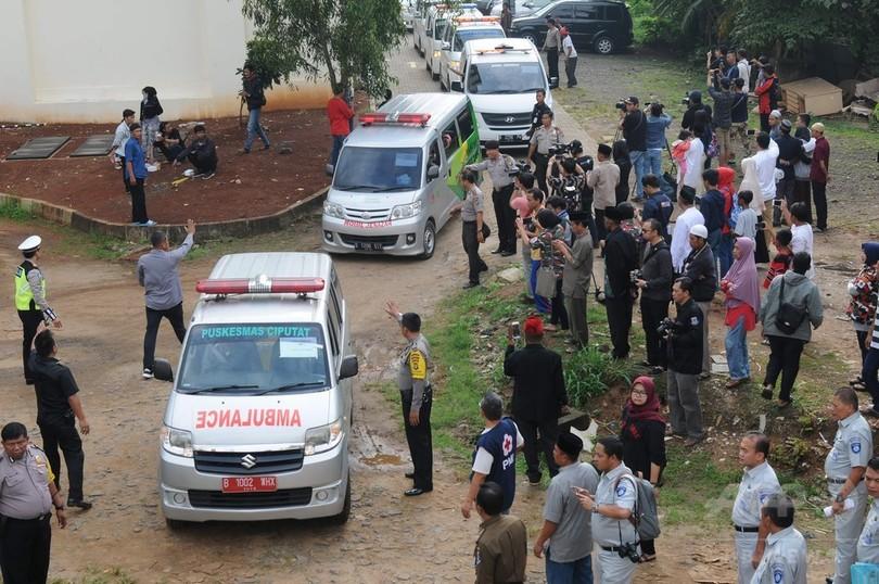 バスがオートバイと衝突、27人死亡 インドネシア