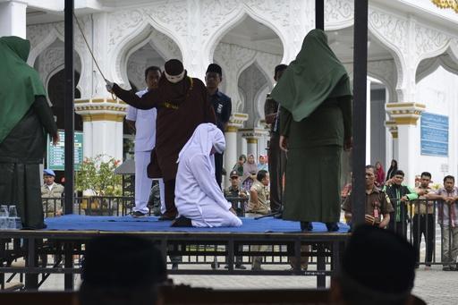 婚外交渉の男女に公開むち打ち刑、インドネシア・アチェ州