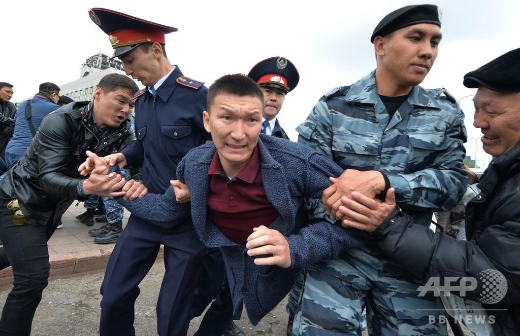 カザフ大統領選 現職トカエフ氏の圧勝確実 野党デモで約500人拘束