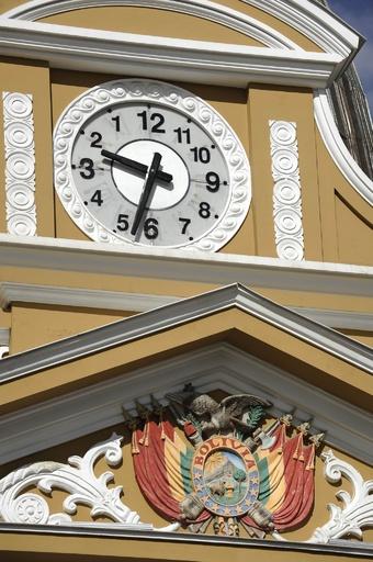 議事堂の時計が「反時計回り」に、南半球の住人に敬意 ボリビア