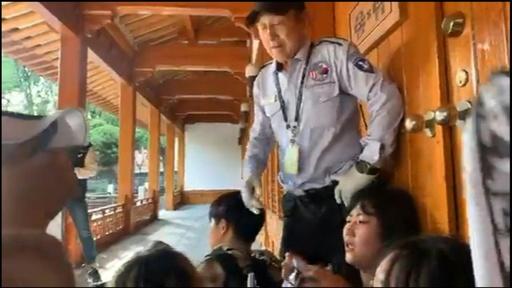 動画:親北派の学生ら、ソウルの駐韓米大使公邸に侵入 「出ていけ」との横断幕掲げる