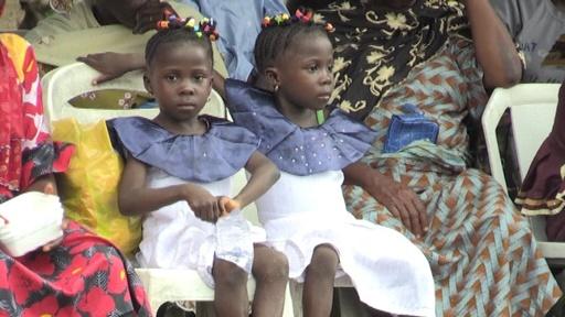 動画:双子の数が国内最多、自称「双子の首都」でイベント ナイジェリア