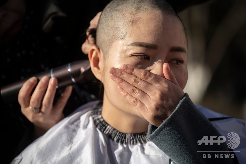 中国当局に拘束された弁護士の妻ら、髪をそって抗議 無法状態を非難