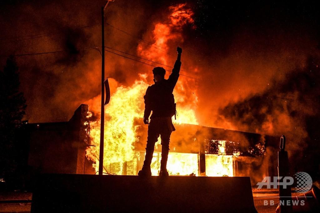 黒人男性死亡事件、暴動で州兵増派 各地に夜間外出禁止令