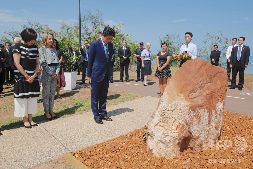 豪訪問の安倍首相夫妻、旧日本軍の潜水艦乗組員を追悼