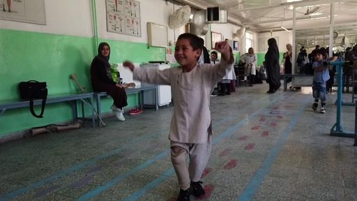 動画:うれしくてたまらない! 義足の5歳男児のダンス、ツイッターで話題に アフガン