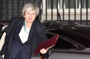 メイ首相、2022年選挙前に辞任の意向 英与党、不信任投票を開始