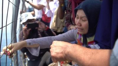 動画:インドネシア機墜落、犠牲者遺族が現場海域で祈り