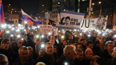 動画:スロバキア首都で解散・総選挙求める大規模デモ