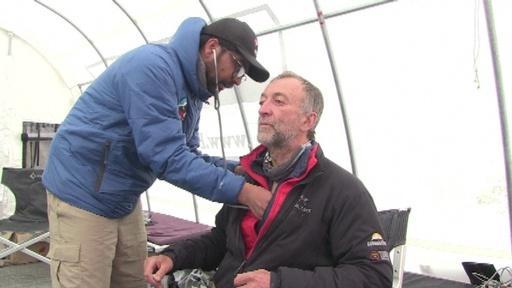 動画:世界一高所の緊急救命室、エベレスト登山者らの救助に奮闘