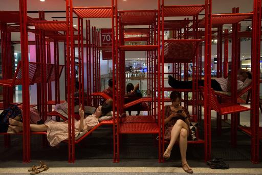 買い物に疲れたら…ジャングルジムで一休み? タイ