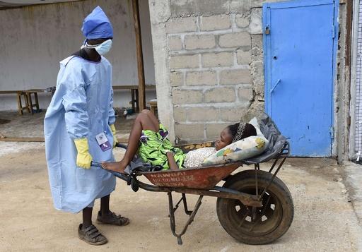 足りぬベッド、医療スタッフも限界 リベリアのエボラ治療センター