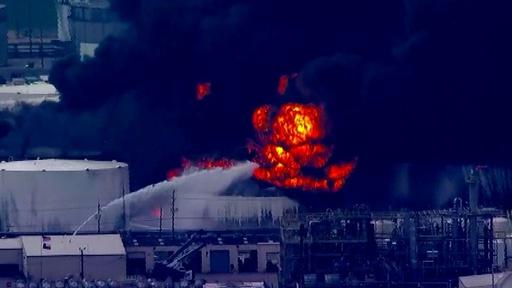動画:米テキサスの石油化学ターミナルで火災、消火活動続く 現場の映像