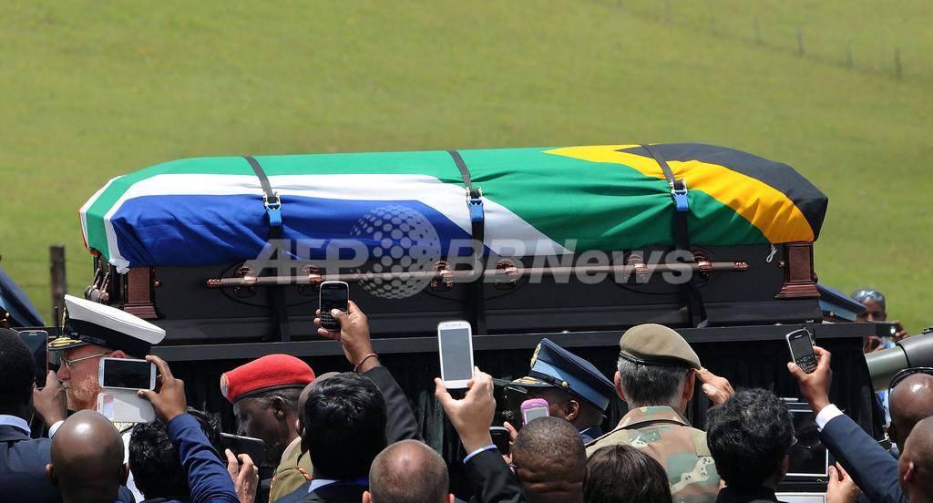 マンデラ氏、故郷に埋葬 首都では銅像公開へ