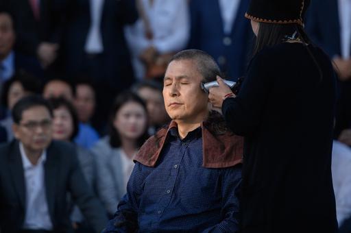 韓国の最大野党代表、丸刈り頭に 疑惑渦中の法相就任に抗議