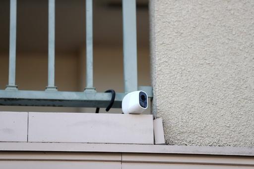 ゴーン被告、29日に一人で外出 東京の住宅の監視カメラ映像から