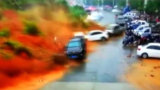 動画:車が土砂に飲み込まれる瞬間、中国・福建省で地滑り