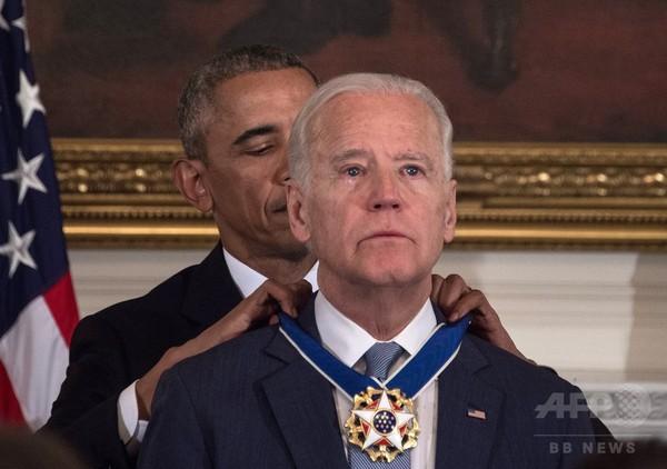 バイデン米副大統領に大統領自由勲章 オバマ氏がサプライズ授与
