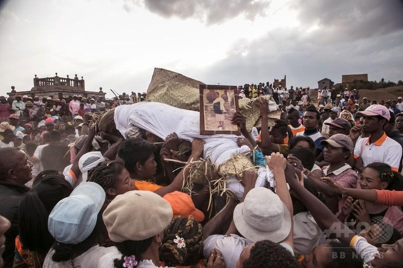 遺体とダンス 死者敬う風習がペスト感染リスクに マダガスカル