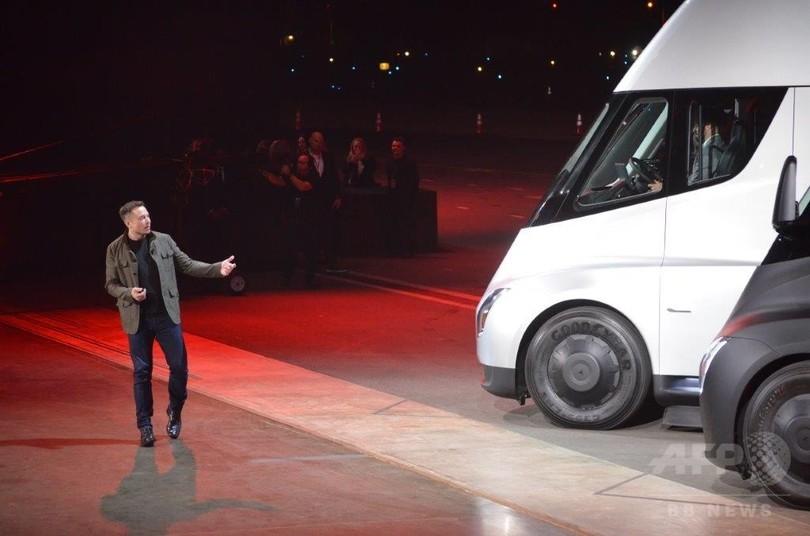 EV大手テスラ、近未来型トラック「セミ」を発表 充電1回で800キロ走行