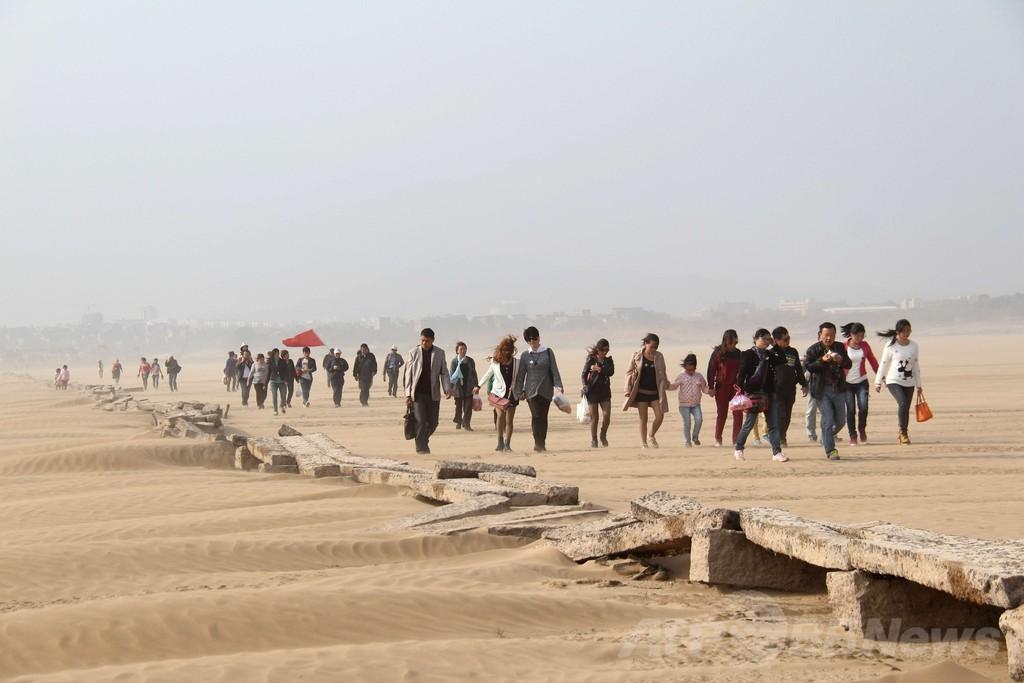 中国最大の淡水湖、干上がった湖底から明代の石橋現る