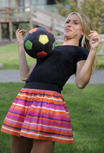 新監督は24歳美女、気になってサッカーも上の空?