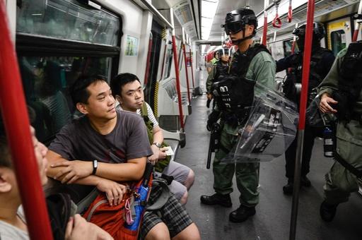 デモ隊が空港に通じる道路を封鎖、欠航など旅行客に影響 香港