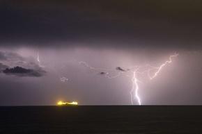 地中海の夜空を貫く稲妻
