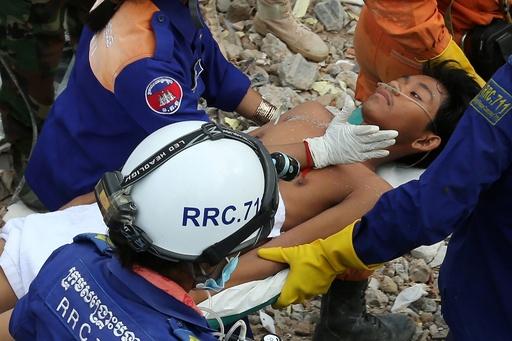 カンボジアのビル倒壊、生存者2人救出 事故から2日以上経過