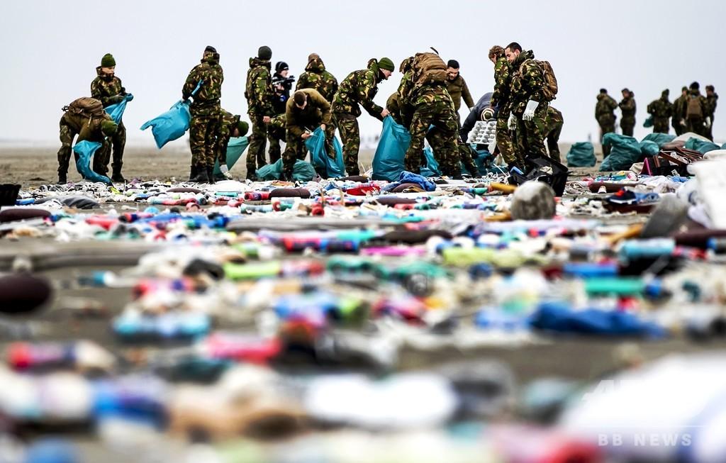 大型船から貨物多数落下、近隣の浜辺に危険物質漂着 オランダ