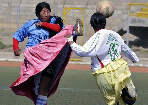蹴りにくくない?スカート姿でサッカー、ボリビア
