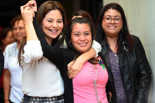 レイプで妊娠・死産、反中絶法で服役中の女性に逆転無罪 エルサルバドル