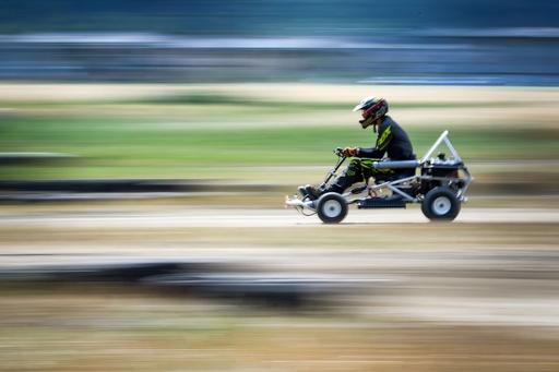 のどかな牧草地で芝刈り機の耐久レース、スイス