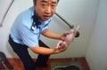 公衆トイレの排水管から赤ちゃん救出、中国