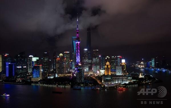 高層ビル立ち並ぶ上海の夜景