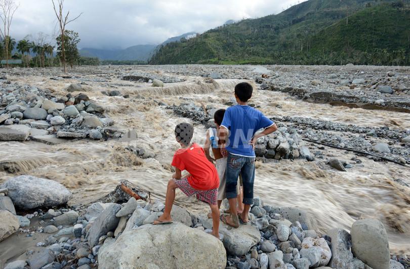 フィリピンの台風による死者325人に、不明者も300人超